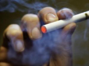 Una sigaretta elettronica messa a caricare nell'accendisigari dell'auto è esplosa ferendo lievemente la proprietaria. Si tratta del secondo caso di esplosione del dispositivo, il primo caso si è verificato a Torino. Indaga la procura.