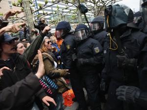 Francoforte, scontri tra attivisti e polizia davanti la sede della Bce (VIDEO).