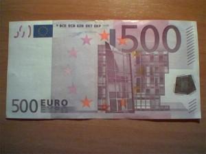 Sestri, trova una banconota da 500 euro all'autogrill e la consegna alla polizia.
