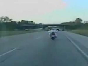 Guidava senza mani, ubriaca e a seno nudo: arrestata biker Usa (VIDEO).