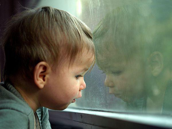 Milano bimbo precipita dalla finestra ma rimane appeso ai fili della biancheria - Bimbo gettato dalla finestra ...