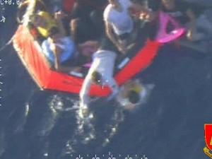 Lampedusa, nuova 'strage di migranti': almeno 34 morti, anche donne e bimbi.