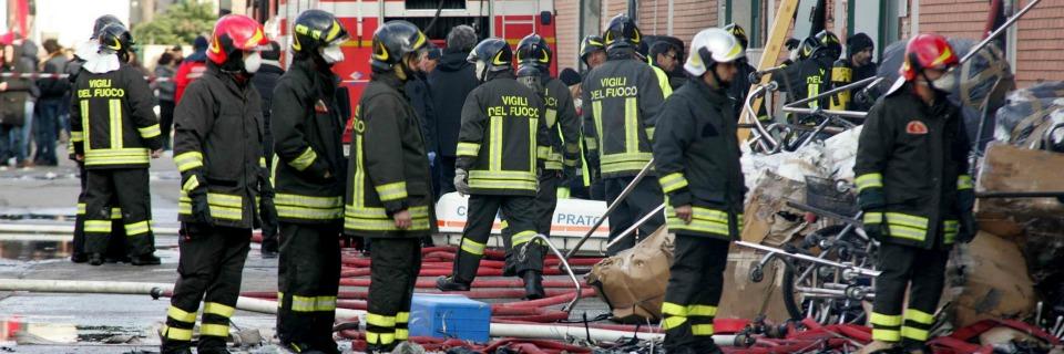 Carburante Elicottero : Vigili del fuoco a piedi elicottero di soccorso senza
