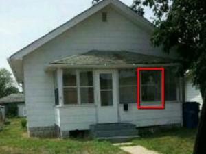 La casa infestata dai demoni. Il bambino cammina all'indietro sul soffitto.