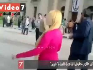 Ecco cosa succede ad una ragazza sexy che va in giro per l'Università del Cairo.