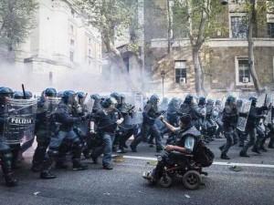 Chi è il disabile che fronteggiava la polizia a Roma? Lello Valitutti, ecco la sua storia.