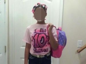 Bimba si finge 15enne sui social, il padre la costringe a portare maglia con l'età