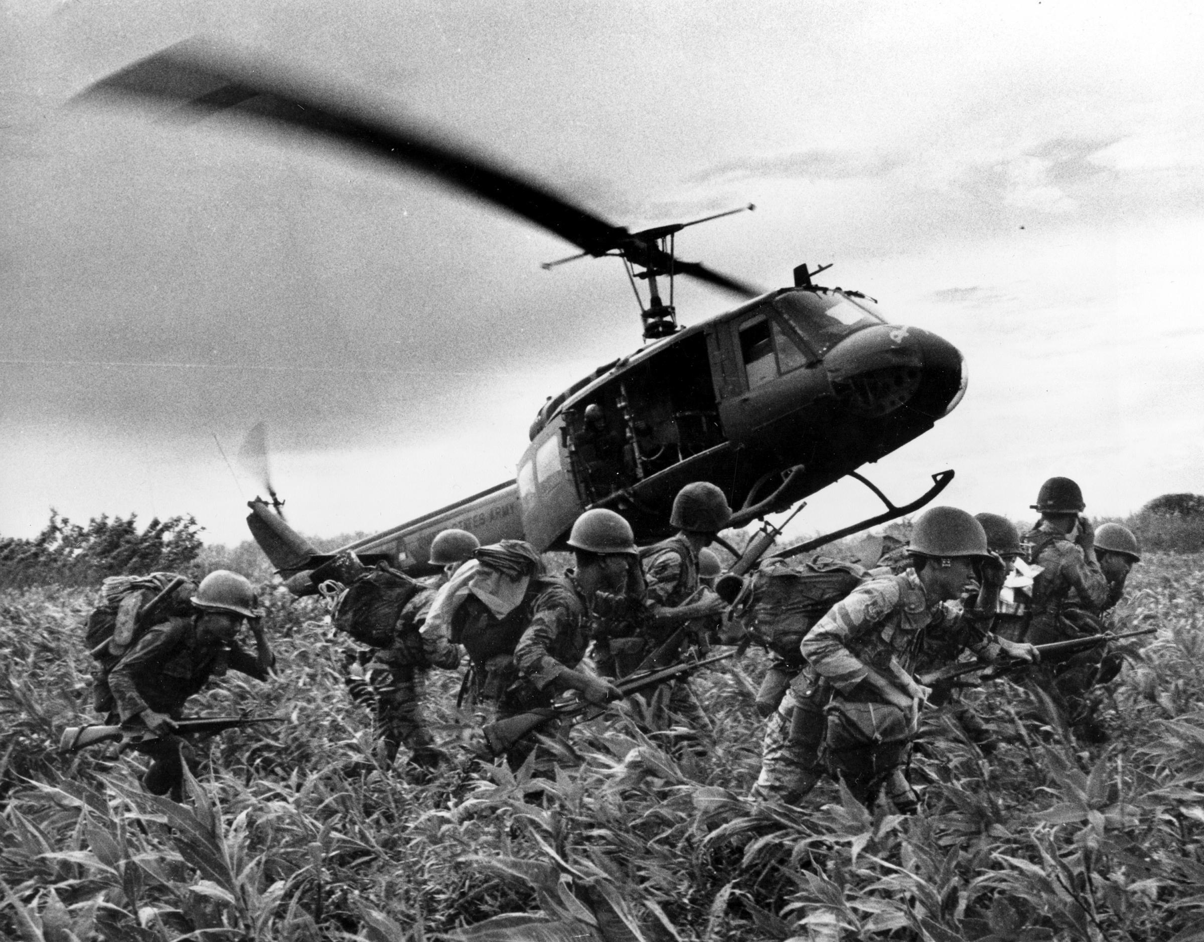 Elicottero statunitense (UH-1) appoggia truppe di terra durante l'avanzata