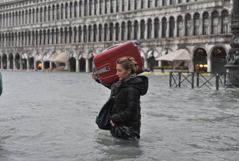 Acqua Alta A Venezia I Turisti Fanno Il Bagno In Piazza San Marco