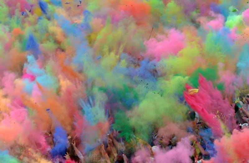 Holi la festa dei colori arriva a berlino fanpage - Immagini di tacchini a colori ...