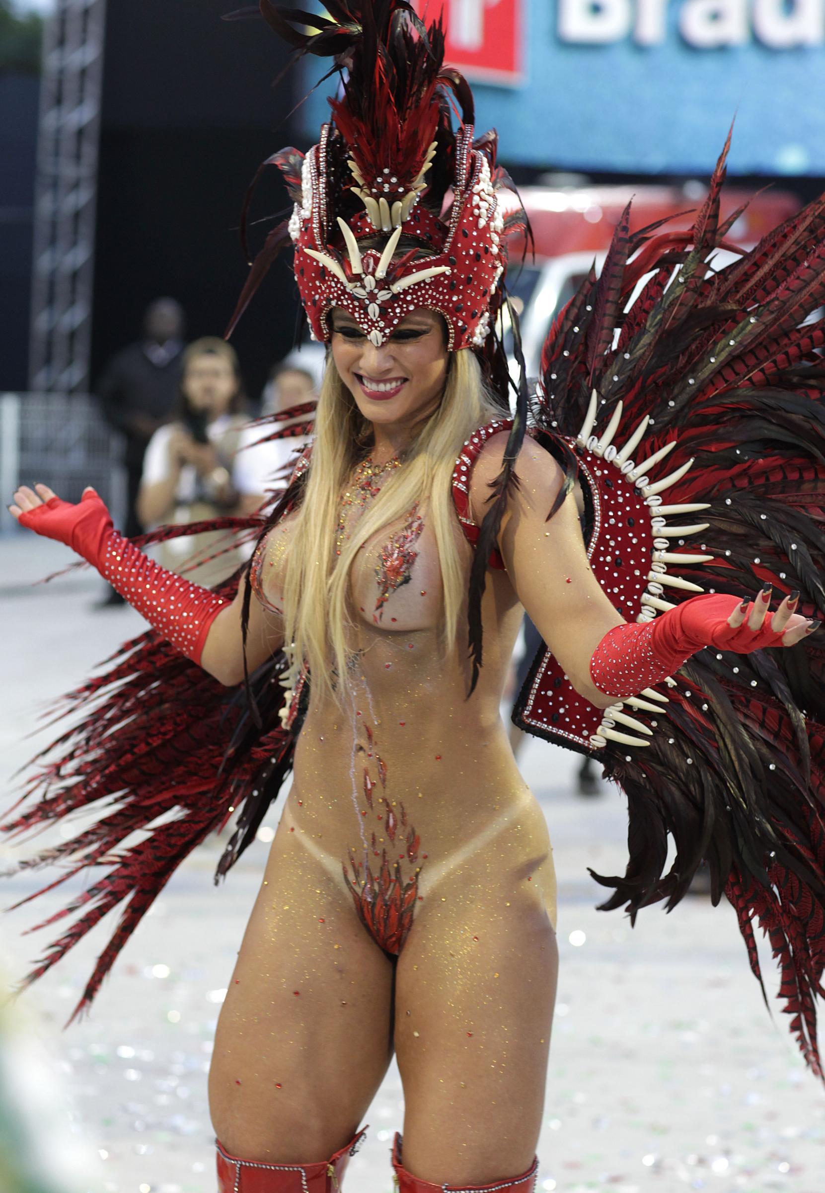 Публичное порно на карнавале 18 фотография