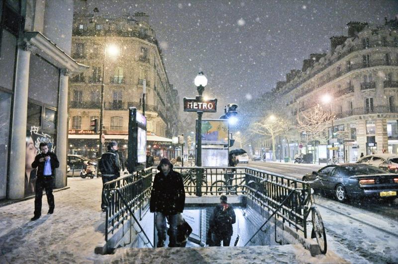 Parigini-e-turisti-sotto-la-neve