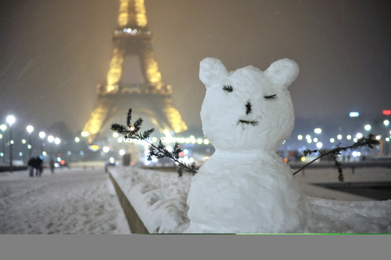 Un-pupazzo-di-neve-ai-piedi-della-torre-Eiffel