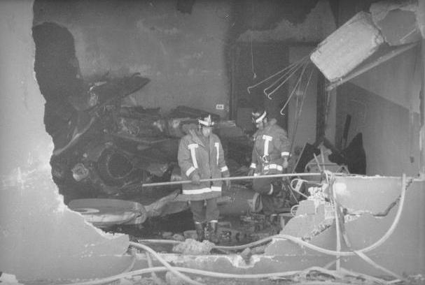 vigili-del-fuoco-lavorano-tra-i-banchi-dellistituto-salvemini-di-casalecchio-dopo-la-strage