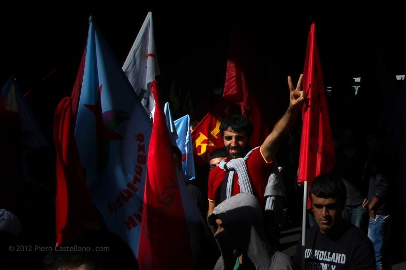 Un giovane manifestante in un gruppo di estrema sinistra