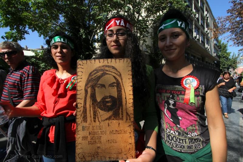 Manifestanti con un ritratto di Alì