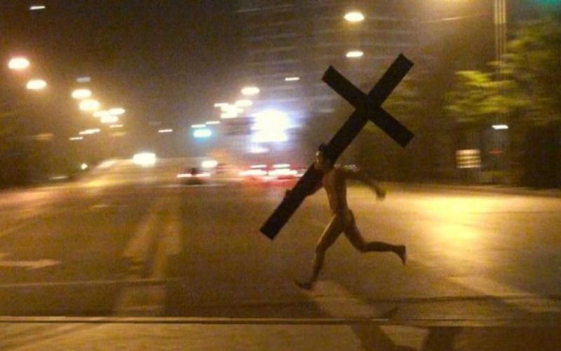 In fuga folle con la Croce sotto braccio