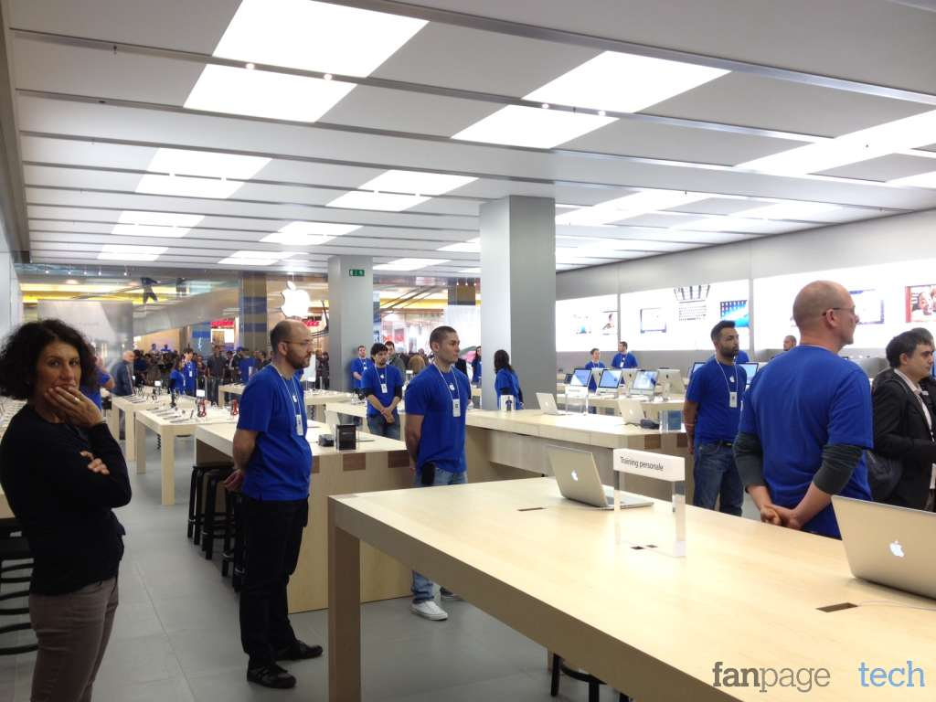 l apple store porta di roma apre ufficialmente i battenti tra cori e flashmob. Black Bedroom Furniture Sets. Home Design Ideas