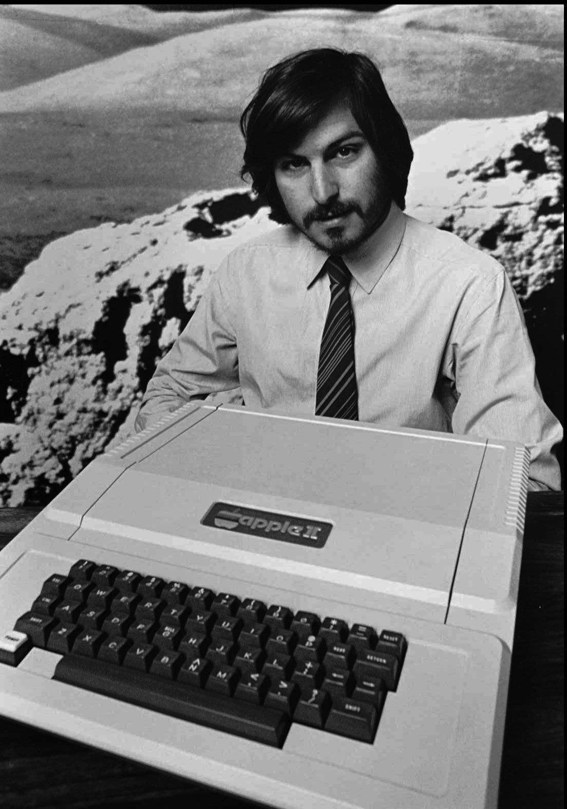 steve-jobs-con-il-computer-apple-ii.jpg