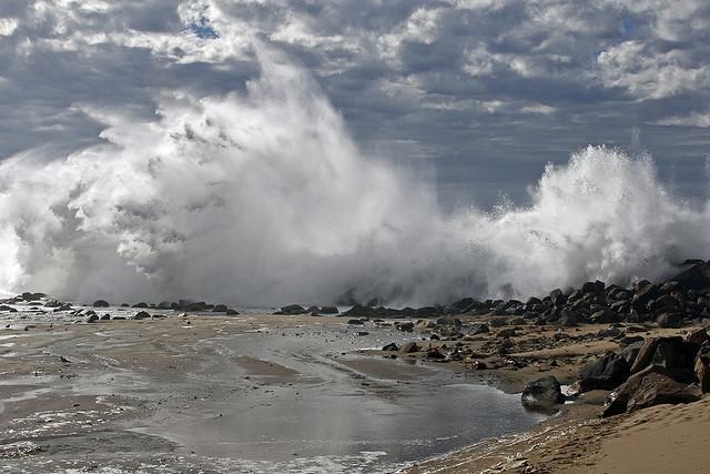 mare tempesta rocce