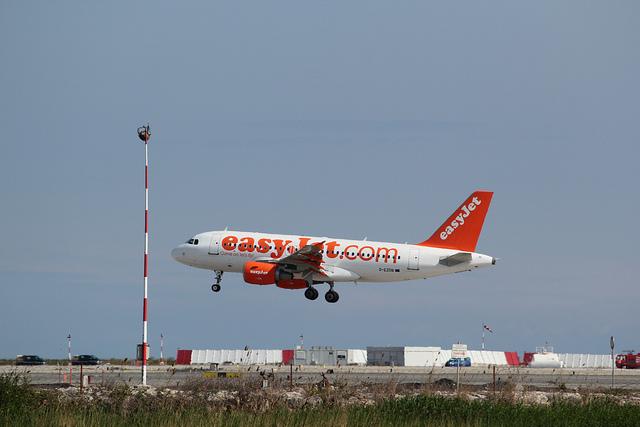 Aereo easyJet al decollo. Foto di Mathieu Marquer.