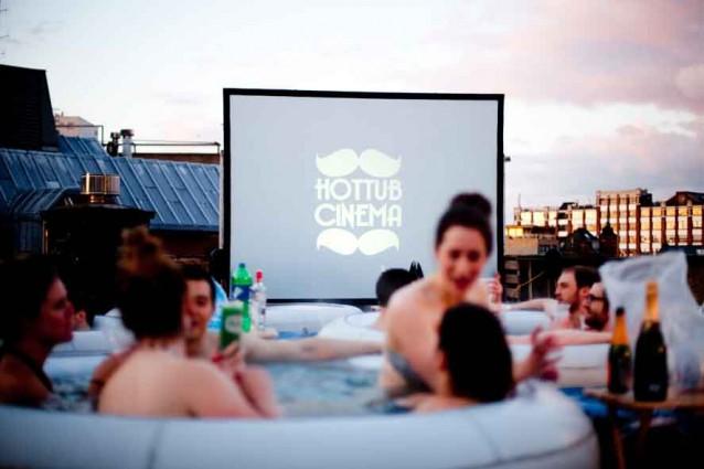 Al cinema-piscina, sul tetto del palazzo (FOTO).
