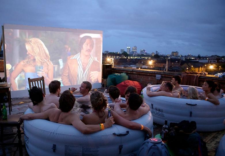 il cinema che si guarda dalle piscine