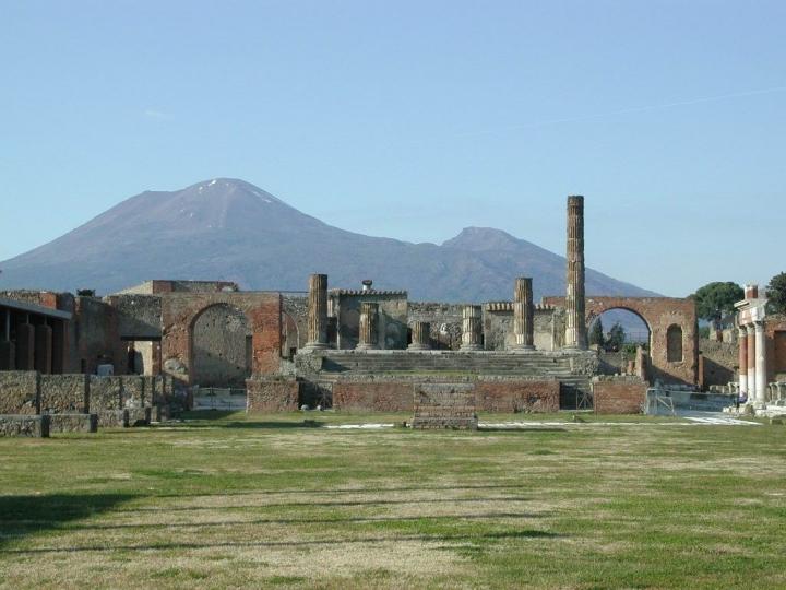 Gli scavi col Vesuvio sullo sfondo