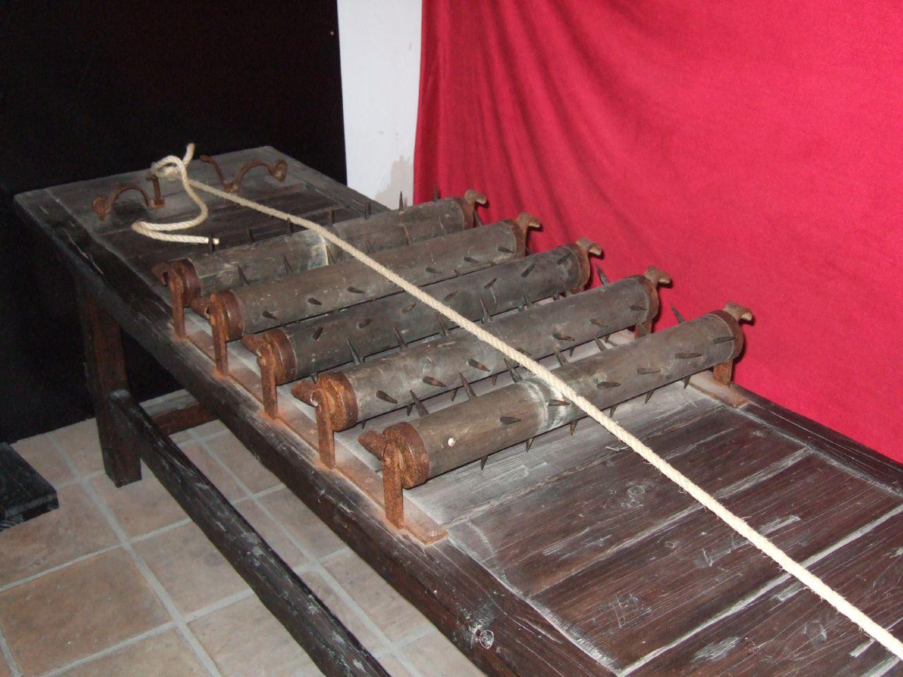 Gli strumenti di tortura in mostra le esposizioni pi - Famoso letto di tortura ...