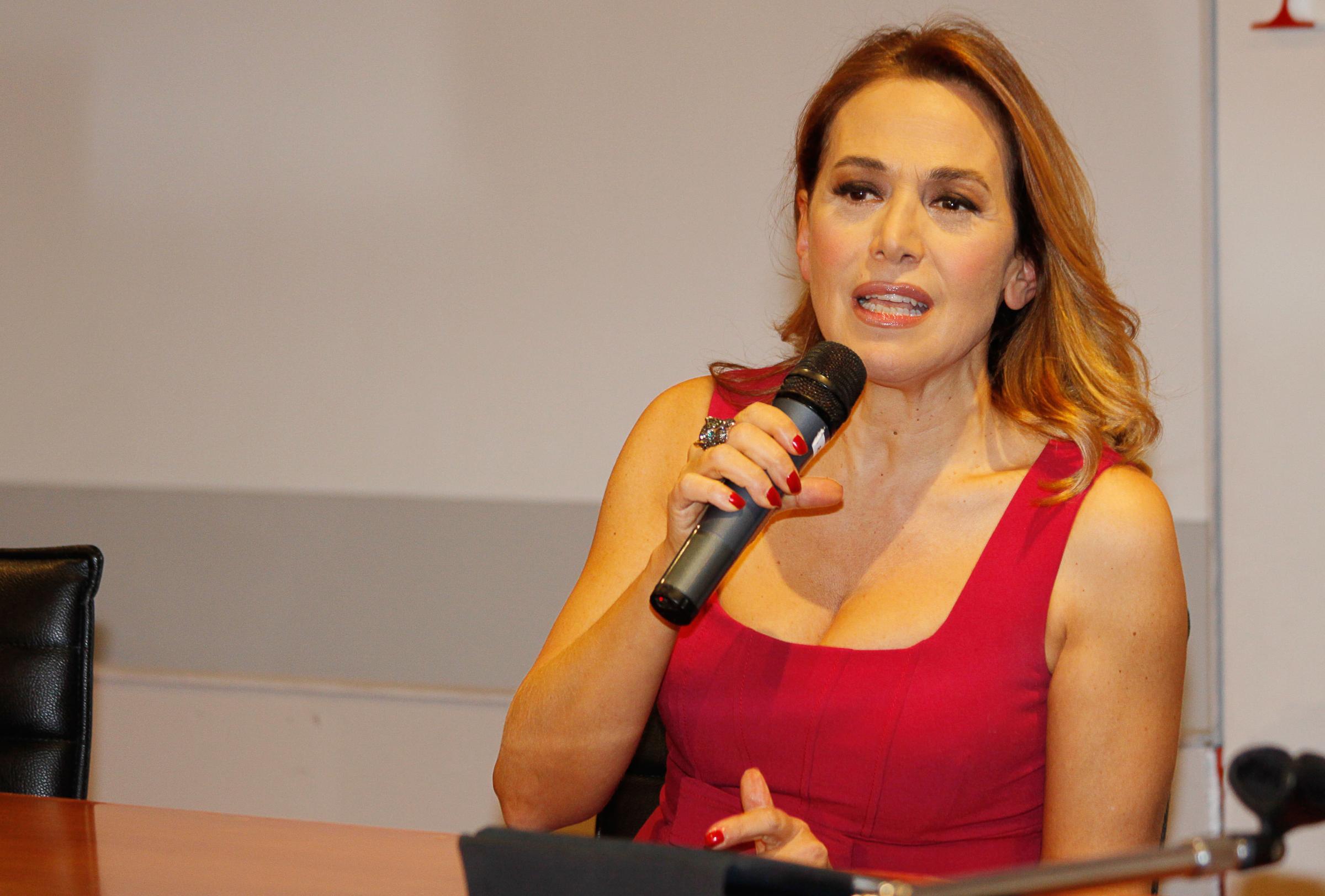 Barbara D'Urso presenta il suo nuovo libro ma non vuole parlare di Berlusconi...