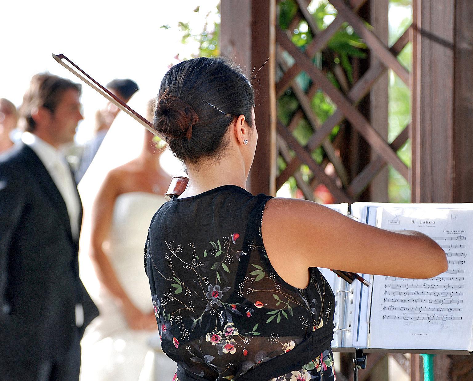 Matrimonio In Musica : Parroco del napoletano no a matrimoni con neomelodici e