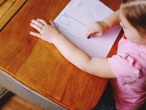 Messa in punizione dalla mamma, la bimba di 6 anni trova una soluzione geniale