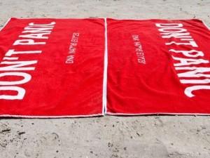 """Oggi è il """"Towel Day"""": un asciugamano celebra la """"Guida galattica per gli autostoppisti"""""""