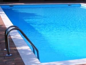 Cuneo si tuffano in piscina per recuperare il pallone for Piscina cuneo