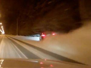 Folle gara di velocità sulla neve: si schianta e muore con la compagna incinta
