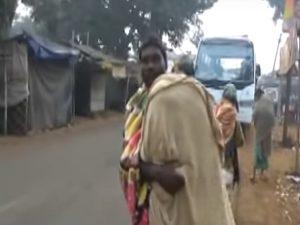 Trasporta per 15 km il cadavere della figlia in spalla: troppo povero per un carro funebre