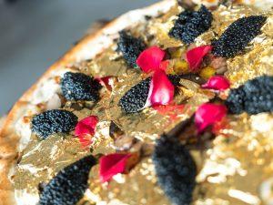 La pizza più costosa al mondo: farcita d'oro, costa 2mila dollari