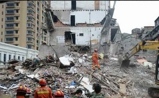 Crollano tre edifici di 5 piani numerose persone sotto le for Piani di palazzi contemporanei