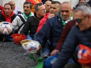 Più poveri, sfiduciati e abbandonati: che fine hanno fatto gli operai in Italia
