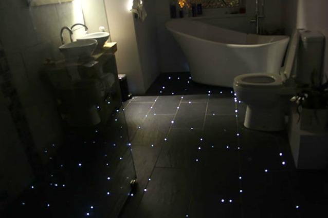 Come creare un pavimento stellare per un bagno da astronauta