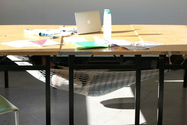 Scrivania Ufficio Sospesa : Sonno a lavoro? ecco la prima amaca da tavolo per tranquilli
