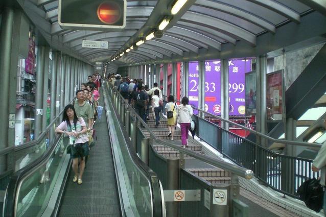 Su e giù per honk kong ecco le scale mobili più lunghe del mondo