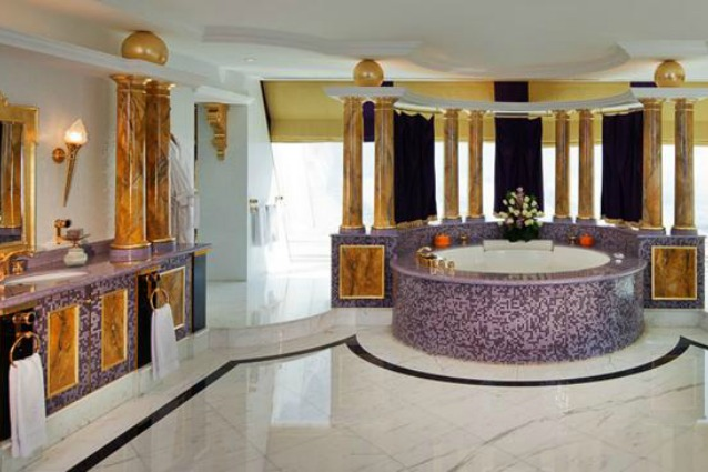 I 10 bagni di hotel più grandi di una casa