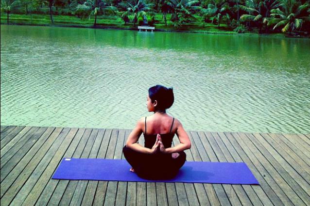"""Quanto sei flessibile? La """"preghiera all'inverso"""" è la sfida social per scoprirlo (FOTO)"""