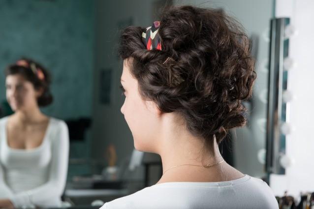 Acconciature semplici per capelli medi ricci
