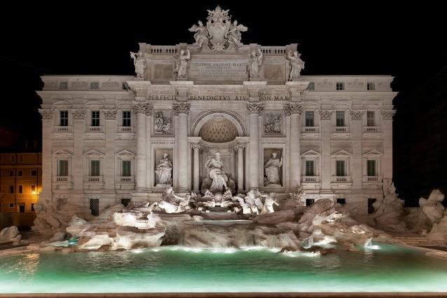 I 90 anni di Fendi: la Maison celebra l'anniversario con una sfilata a Fontana di Trevi