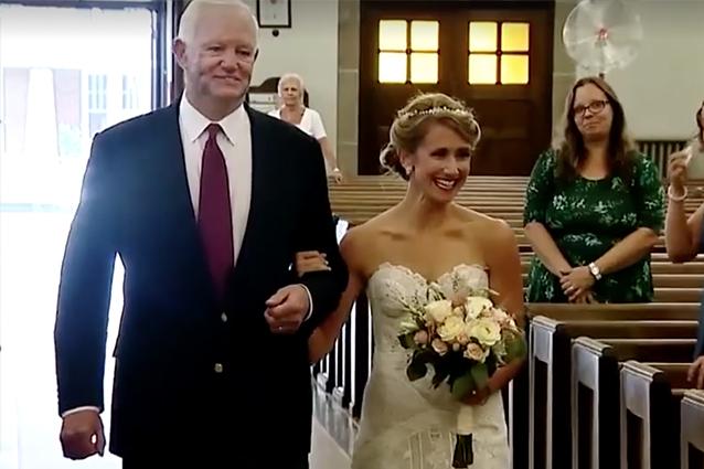 Matrimonio Con Uomo Con Figli : Canta mentre accompagna la figlia all altare il papà