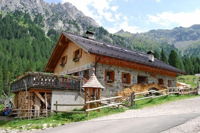 9 siti per prenotare una baita in montagna for Baita di legno