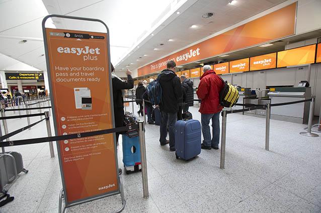 Passeggeri e bagagli al check–in easyJet (Foto Tim Anderson).