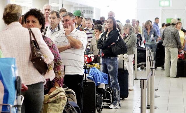 Check in ai desk di easyJet e British Airways al Schiphol Airport (Foto di Juan Vrijdag/AFP/Getty Images).